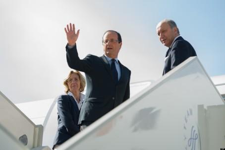 Le Mâle et son co-pilote sortant de l'avion. L'hôtesse vient elle aussi de marcher dans le chewing-gum.