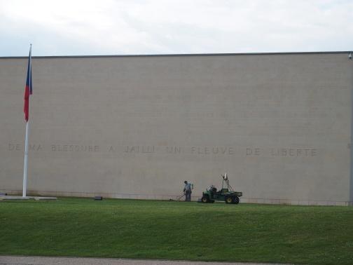 Moment très fort pour le Mâle, au Mémorial de Caen, consacré à la seconde guerre mondiale. Moi j'ai toujours cru que cette citation était tirée des mémoires de Luluchatigré, lorsqu'elle s'est fait griffer le haut du crâne par un matou des rues qui cherchait à s'emparer de son coin à champignons.