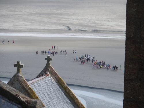 Ces gens ont tous été ensevelis dans les sables mouvants de la baie, et j'en ai profité pour piquer leurs casquettes.