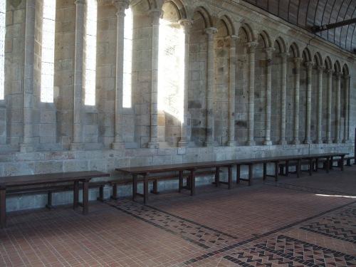 Les moines du Mont-Saint-Michel prenaient leurs repas en suivant la règle de Saint-Benoît : dans le silence absolu, et en écoutant la lecture des saintes écritures. La règle ne dit rien sur Questions pour un champion.