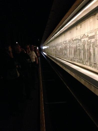 """La Tapisserie de Bayeux relate la bataille de Hastings de 1066, qui eut lieu entre Guillaume le Conquérant et Harold, pour monter sur le trône d'Angleterre. Elle est longue de près de 70 mètres. Pour la passer au sèche-linge, bien essorer au préalable et régler sur """"Finish Médiéval""""."""